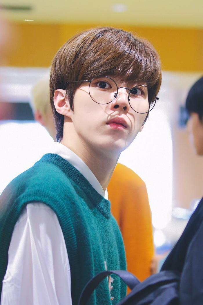 20 idol nam Kpop trở thành cực phẩm khi đeo mắt kính: Người ấy là ai? Ảnh 2
