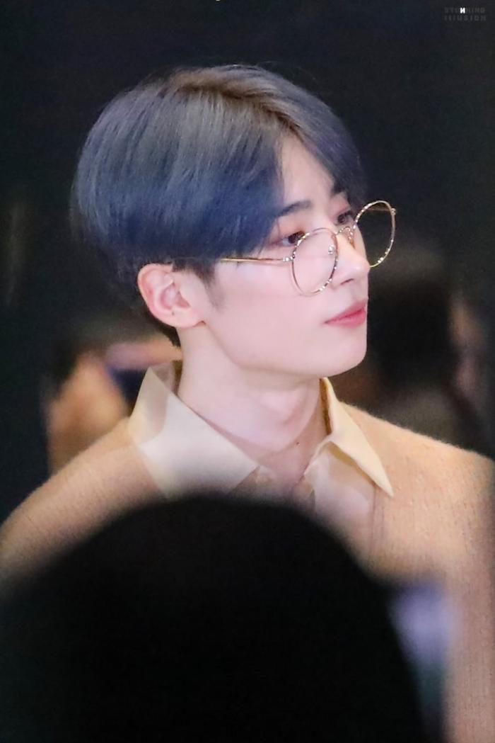 20 idol nam Kpop trở thành cực phẩm khi đeo mắt kính: Người ấy là ai? Ảnh 34