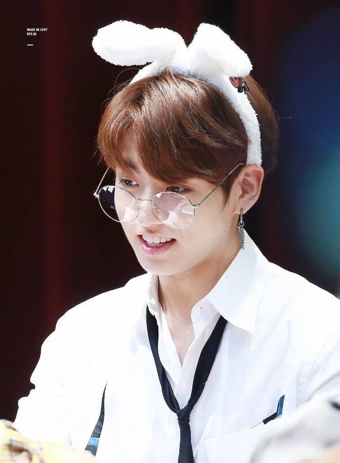 20 idol nam Kpop trở thành cực phẩm khi đeo mắt kính: Người ấy là ai? Ảnh 12