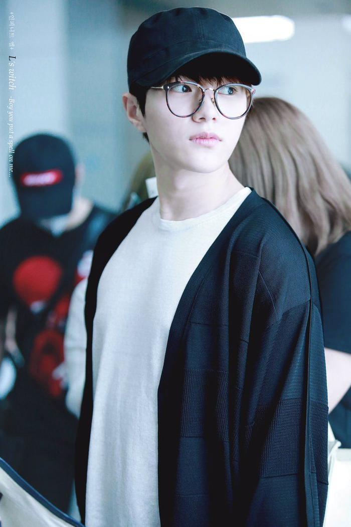 20 idol nam Kpop trở thành cực phẩm khi đeo mắt kính: Người ấy là ai? Ảnh 24