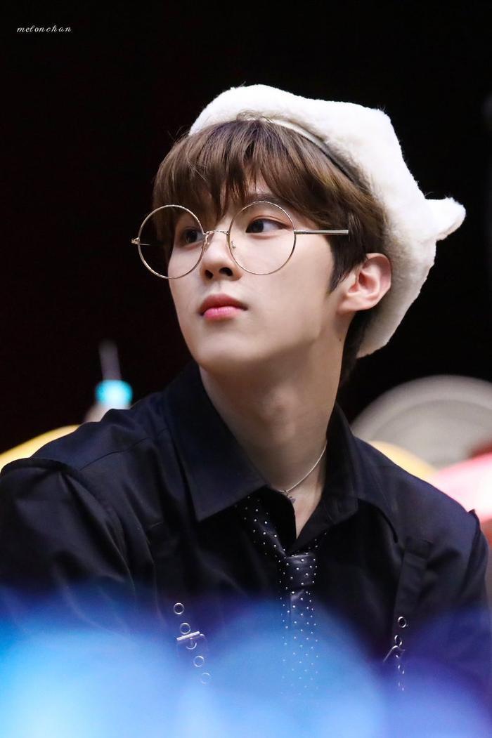 20 idol nam Kpop trở thành cực phẩm khi đeo mắt kính: Người ấy là ai? Ảnh 43