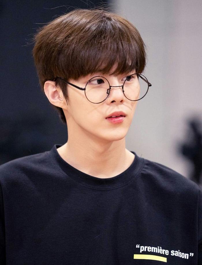 20 idol nam Kpop trở thành cực phẩm khi đeo mắt kính: Người ấy là ai? Ảnh 45