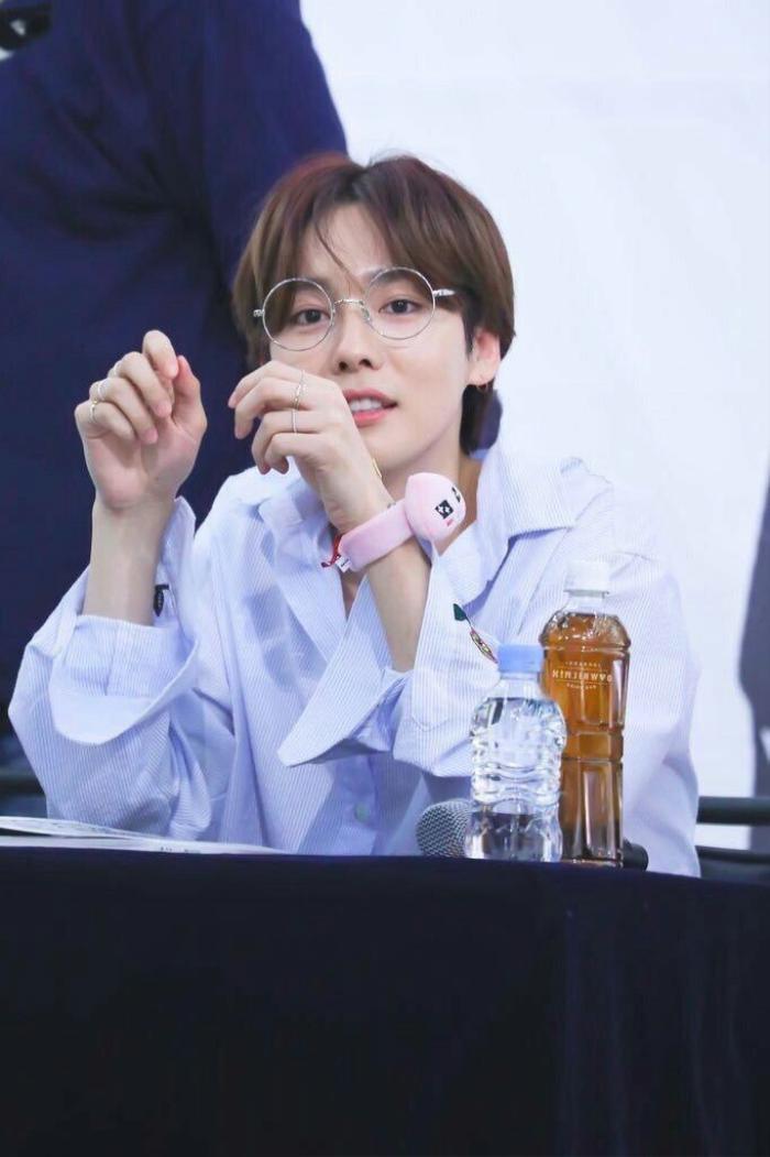 20 idol nam Kpop trở thành cực phẩm khi đeo mắt kính: Người ấy là ai? Ảnh 42