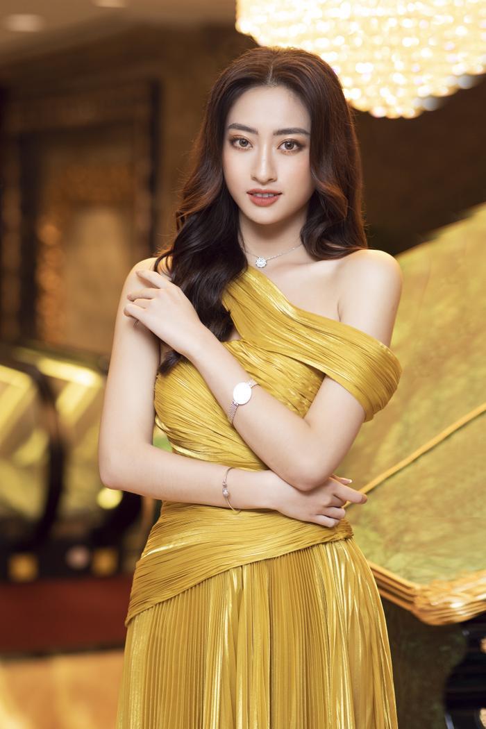 Lương Thùy Linh tung váy đẹp mắt khoe chân dài 1m22, diện trang sức tinh tế nhưng giá khủng đến 1.3 tỷ Ảnh 1