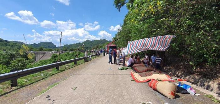 Hiện trường thảm khốc vụ lật xe khách ở Quảng Bình khiến 14 người chết, 26 người bị thương Ảnh 4
