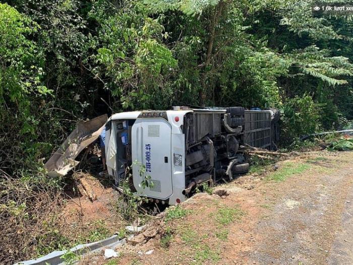 Hiện trường thảm khốc vụ lật xe khách ở Quảng Bình khiến 14 người chết, 26 người bị thương Ảnh 2