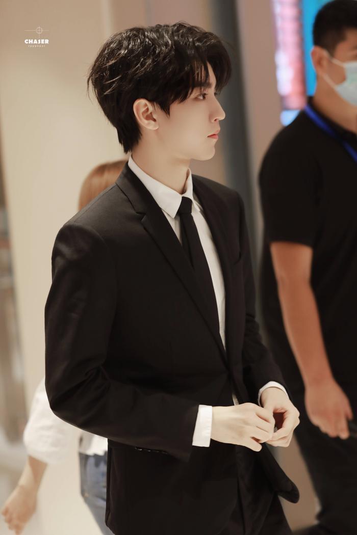 'LHP quốc tế Thượng Hải 2020': Vương Tuấn Khải gây sốt với chiếc nhẫn trên tay, đẹp đến ngộp thở khiến fan mê sảng Ảnh 24