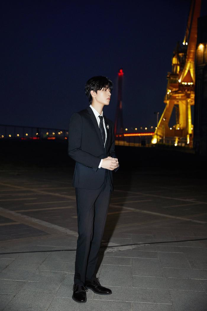 'LHP quốc tế Thượng Hải 2020': Vương Tuấn Khải gây sốt với chiếc nhẫn trên tay, đẹp đến ngộp thở khiến fan mê sảng Ảnh 8