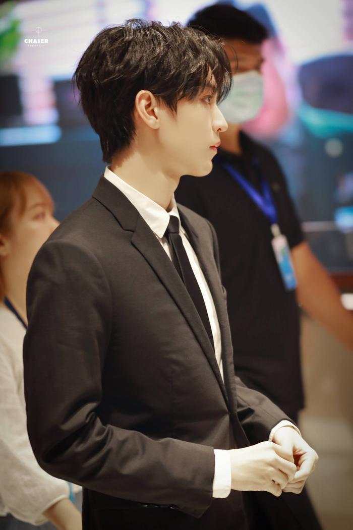 'LHP quốc tế Thượng Hải 2020': Vương Tuấn Khải gây sốt với chiếc nhẫn trên tay, đẹp đến ngộp thở khiến fan mê sảng Ảnh 26