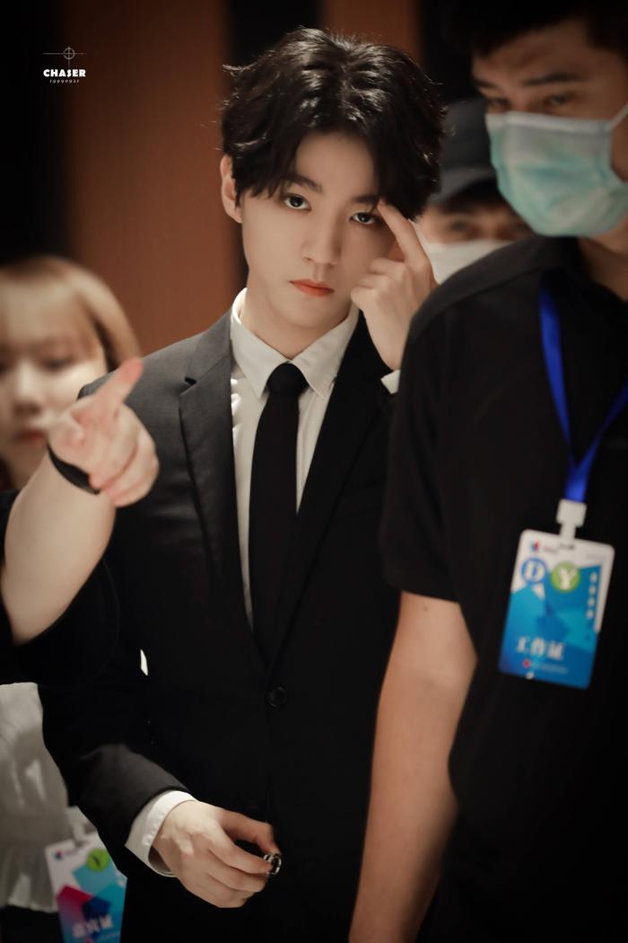 'LHP quốc tế Thượng Hải 2020': Vương Tuấn Khải gây sốt với chiếc nhẫn trên tay, đẹp đến ngộp thở khiến fan mê sảng Ảnh 22