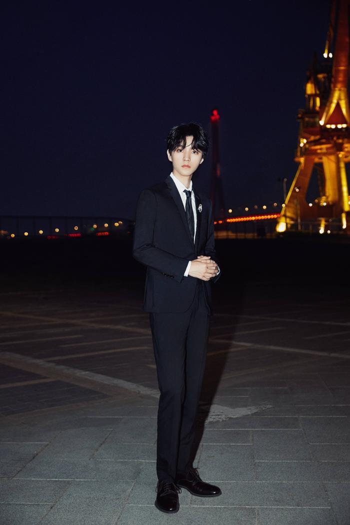 'LHP quốc tế Thượng Hải 2020': Vương Tuấn Khải gây sốt với chiếc nhẫn trên tay, đẹp đến ngộp thở khiến fan mê sảng Ảnh 2