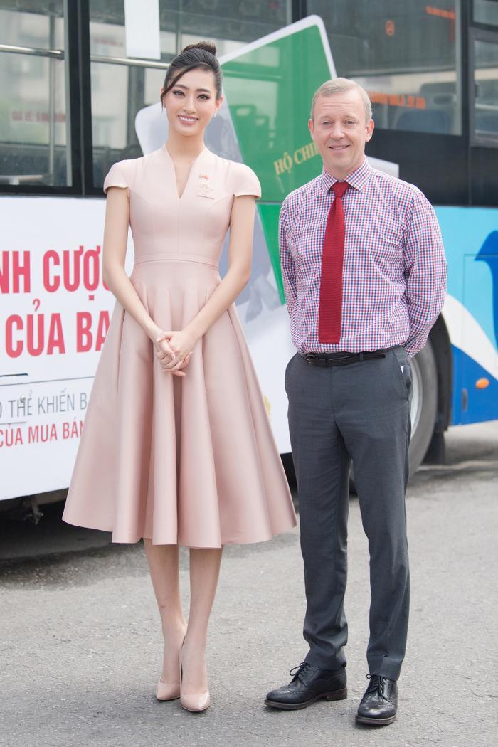 Hoa hậu Lương Thùy Linh đẹp thanh lịch tuyên truyền thông điệp cộng đồng ý nghĩa Ảnh 1