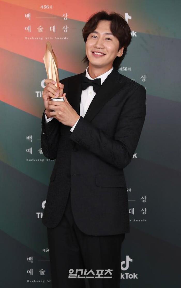 Lee Kwang Soo làm rõ tin lục đục nội bộ 'Running Man', vẫn đang yêu say đắm Lee Sun Bin Ảnh 5