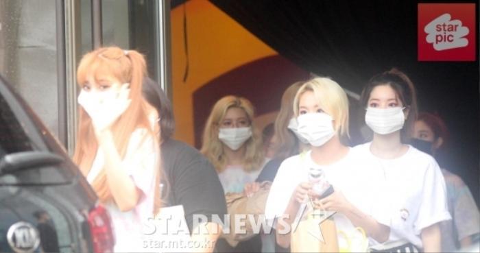 TWICE lộ diện sau concert giữa dịch Covid-19: Tzuyu, Momo và Jihyo được truyền thông Hàn khen xinh Ảnh 32