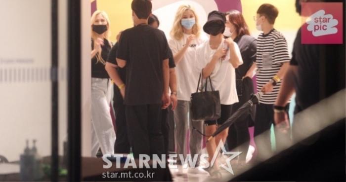 TWICE lộ diện sau concert giữa dịch Covid-19: Tzuyu, Momo và Jihyo được truyền thông Hàn khen xinh Ảnh 33