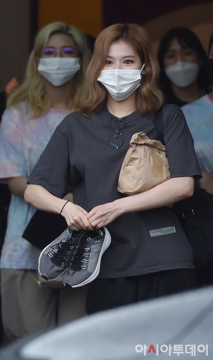 TWICE lộ diện sau concert giữa dịch Covid-19: Tzuyu, Momo và Jihyo được truyền thông Hàn khen xinh Ảnh 16