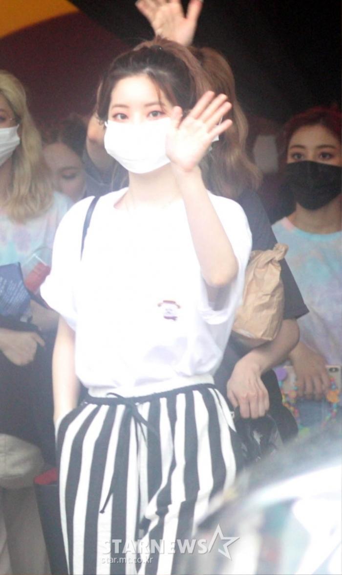 TWICE lộ diện sau concert giữa dịch Covid-19: Tzuyu, Momo và Jihyo được truyền thông Hàn khen xinh Ảnh 6