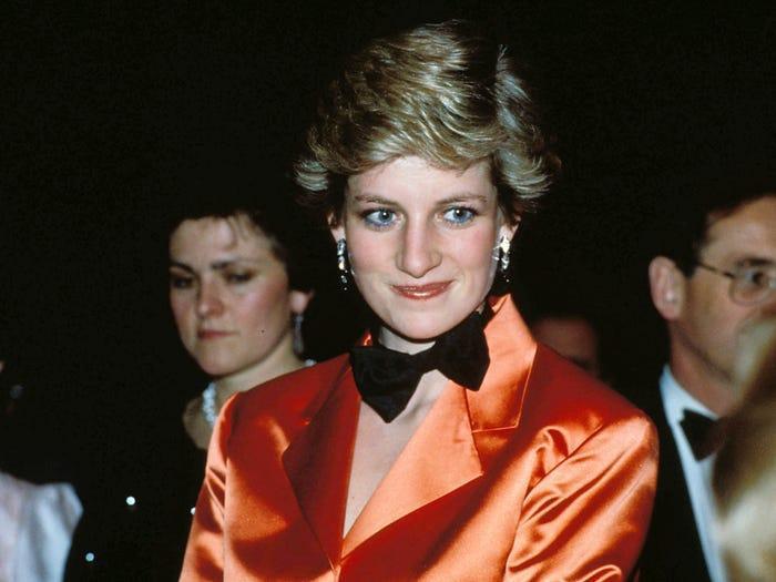 18 bộ trang phục trái quy tắc Hoàng gia từng gây sốc của Công nương Diana Ảnh 9