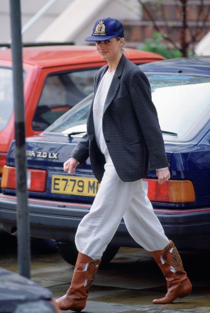 18 bộ trang phục trái quy tắc Hoàng gia từng gây sốc của Công nương Diana Ảnh 8