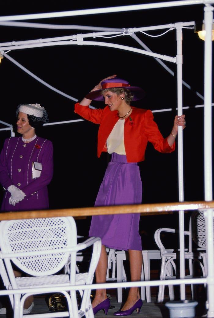 18 bộ trang phục trái quy tắc Hoàng gia từng gây sốc của Công nương Diana Ảnh 7