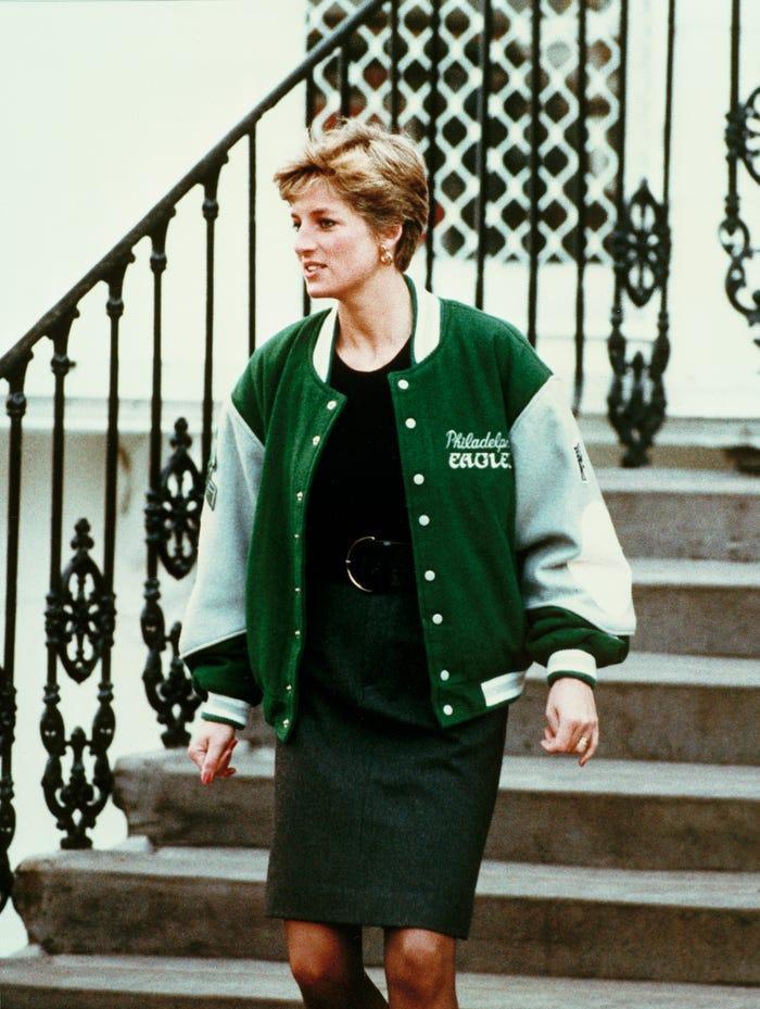18 bộ trang phục trái quy tắc Hoàng gia từng gây sốc của Công nương Diana Ảnh 6