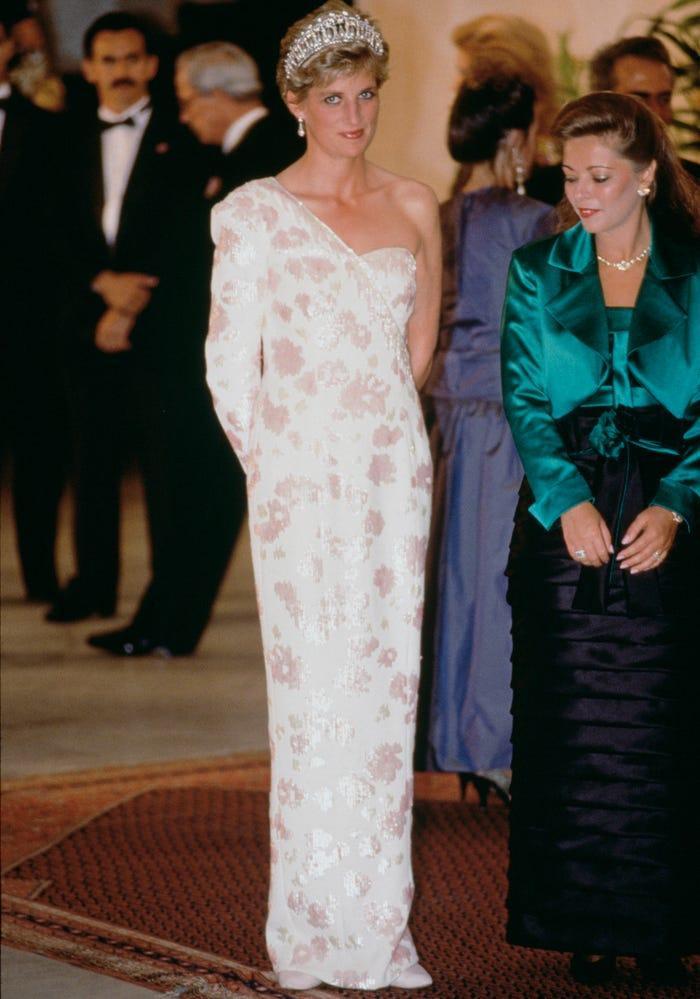 18 bộ trang phục trái quy tắc Hoàng gia từng gây sốc của Công nương Diana Ảnh 5