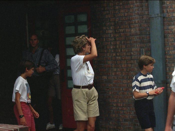 18 bộ trang phục trái quy tắc Hoàng gia từng gây sốc của Công nương Diana Ảnh 4