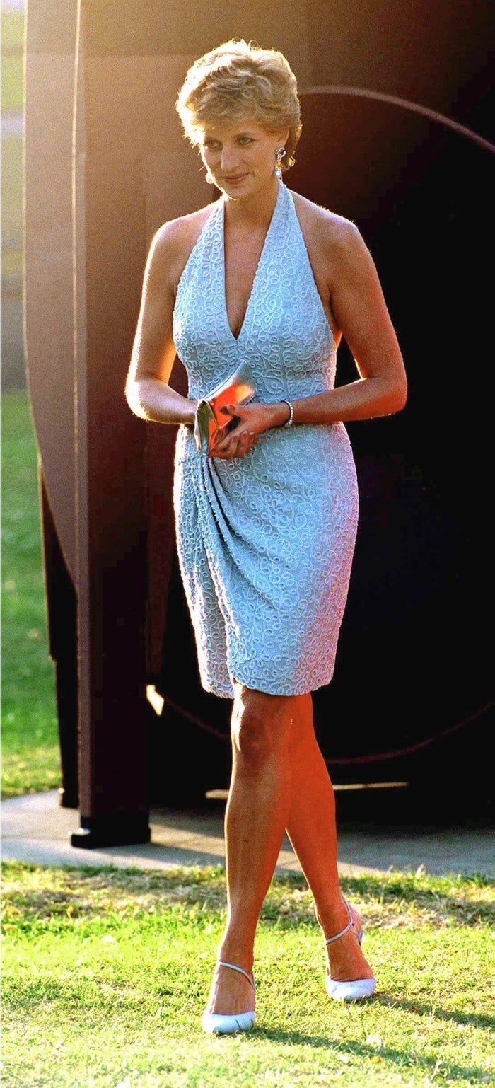 18 bộ trang phục trái quy tắc Hoàng gia từng gây sốc của Công nương Diana Ảnh 2