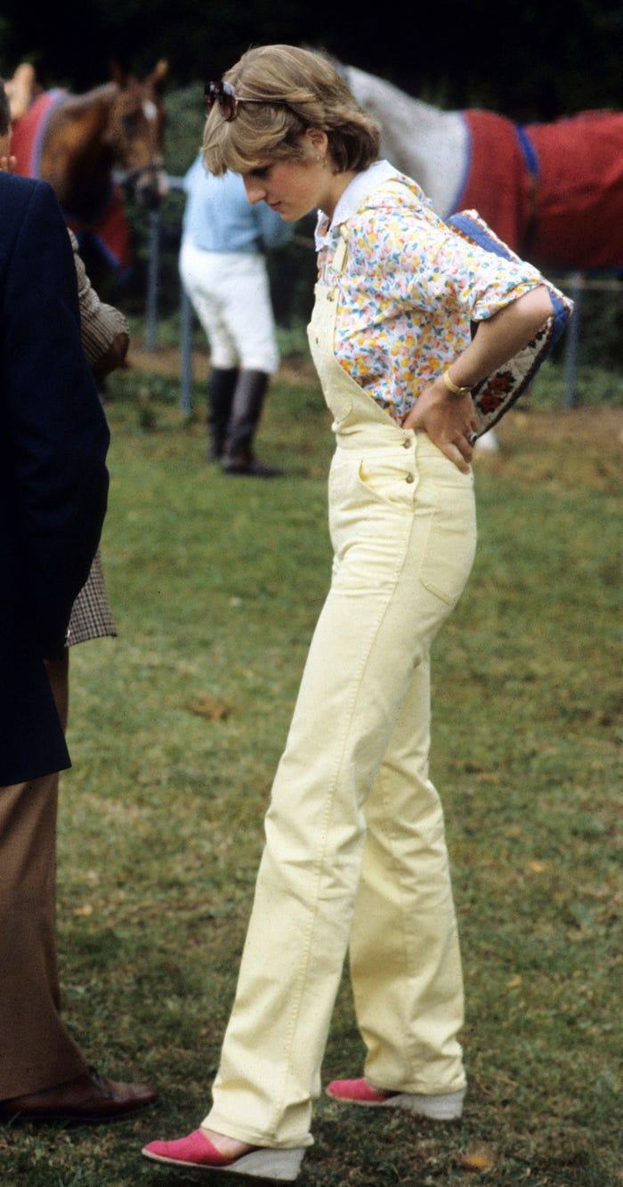 18 bộ trang phục trái quy tắc Hoàng gia từng gây sốc của Công nương Diana Ảnh 17