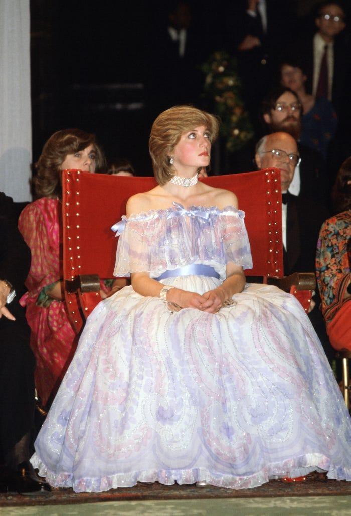 18 bộ trang phục trái quy tắc Hoàng gia từng gây sốc của Công nương Diana Ảnh 16