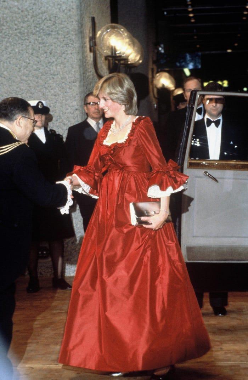 18 bộ trang phục trái quy tắc Hoàng gia từng gây sốc của Công nương Diana Ảnh 15