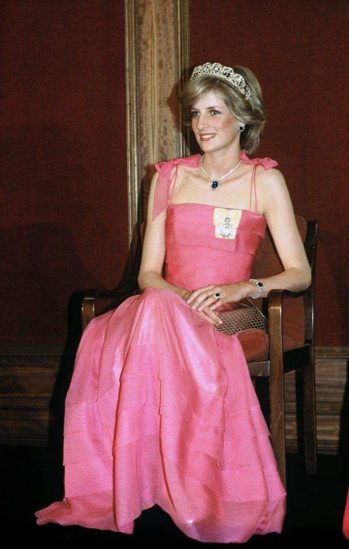 18 bộ trang phục trái quy tắc Hoàng gia từng gây sốc của Công nương Diana Ảnh 14