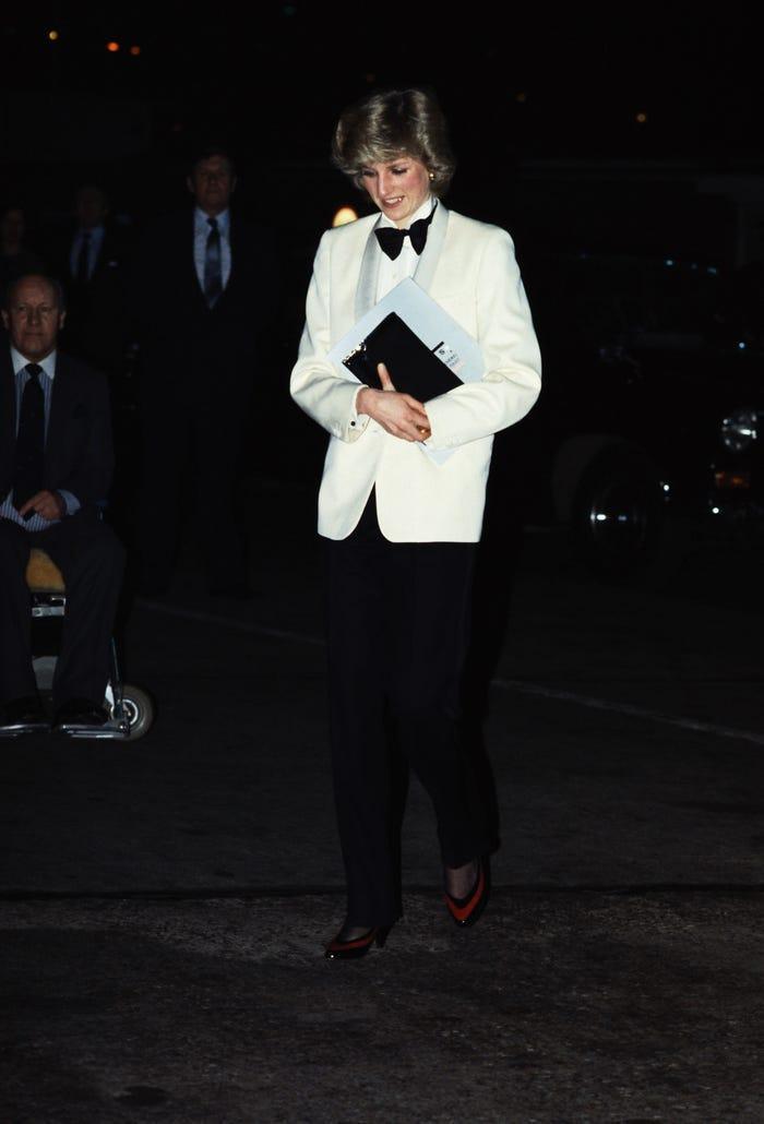 18 bộ trang phục trái quy tắc Hoàng gia từng gây sốc của Công nương Diana Ảnh 13
