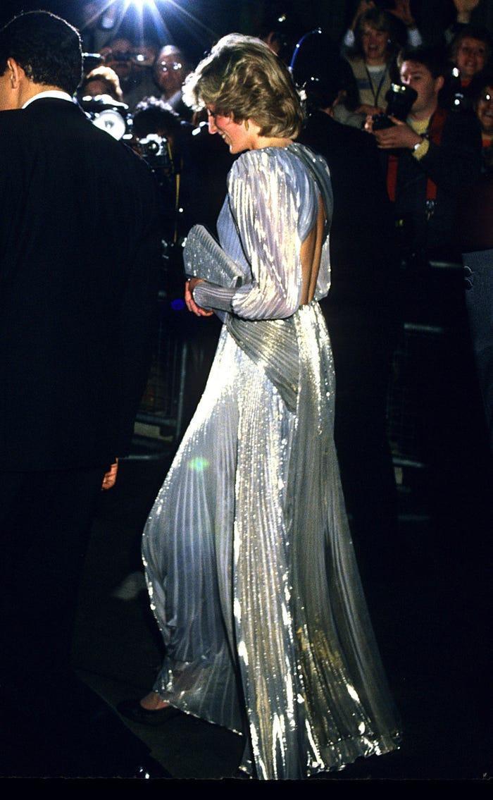 18 bộ trang phục trái quy tắc Hoàng gia từng gây sốc của Công nương Diana Ảnh 12