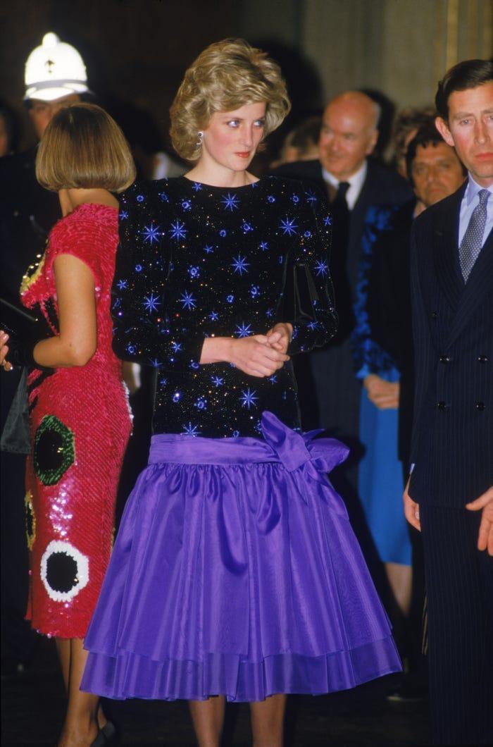 18 bộ trang phục trái quy tắc Hoàng gia từng gây sốc của Công nương Diana Ảnh 11