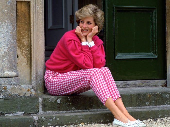 18 bộ trang phục trái quy tắc Hoàng gia từng gây sốc của Công nương Diana Ảnh 10