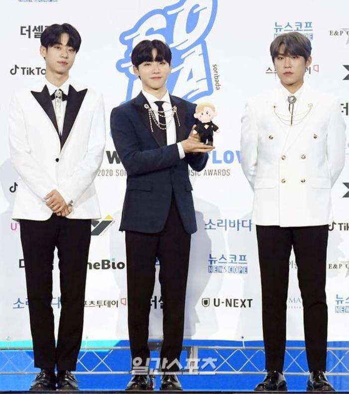 Kim Woo Seok, TWICE, Red Velvet, I*ZONE và ITZY đổ bộ thảm xanh 'Soribada Awards 2020' Ảnh 33