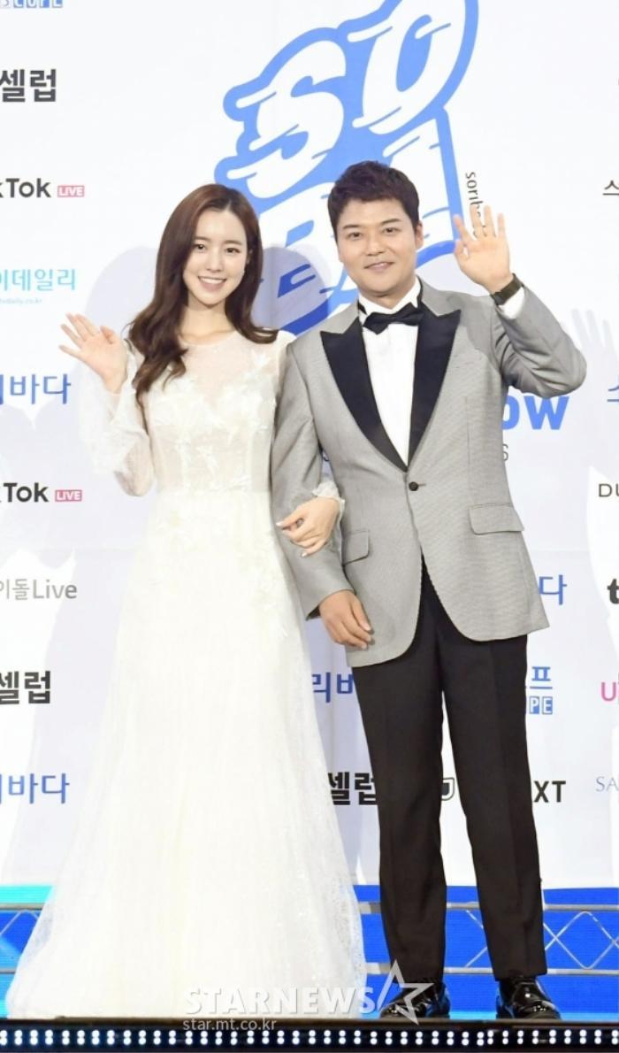 Kim Woo Seok, TWICE, Red Velvet, I*ZONE và ITZY đổ bộ thảm xanh 'Soribada Awards 2020' Ảnh 1