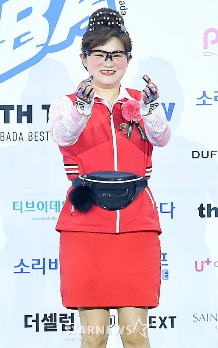 Kim Woo Seok, TWICE, Red Velvet, I*ZONE và ITZY đổ bộ thảm xanh 'Soribada Awards 2020' Ảnh 10