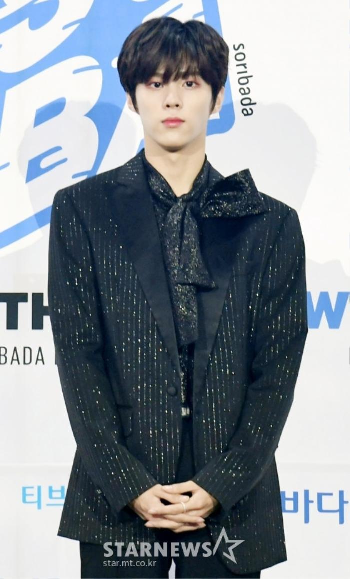 Kim Woo Seok, TWICE, Red Velvet, I*ZONE và ITZY đổ bộ thảm xanh 'Soribada Awards 2020' Ảnh 2