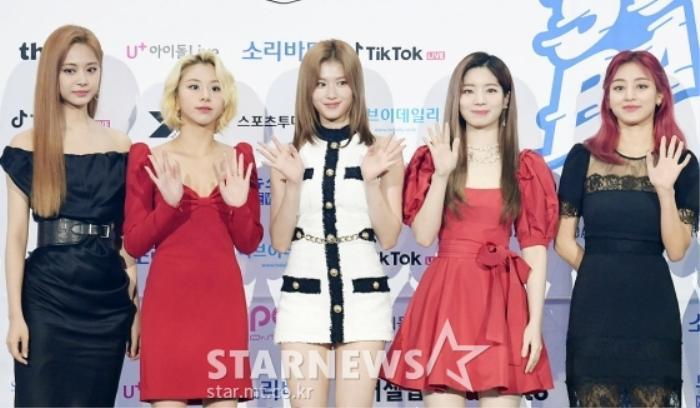 Kim Woo Seok, TWICE, Red Velvet, I*ZONE và ITZY đổ bộ thảm xanh 'Soribada Awards 2020' Ảnh 15