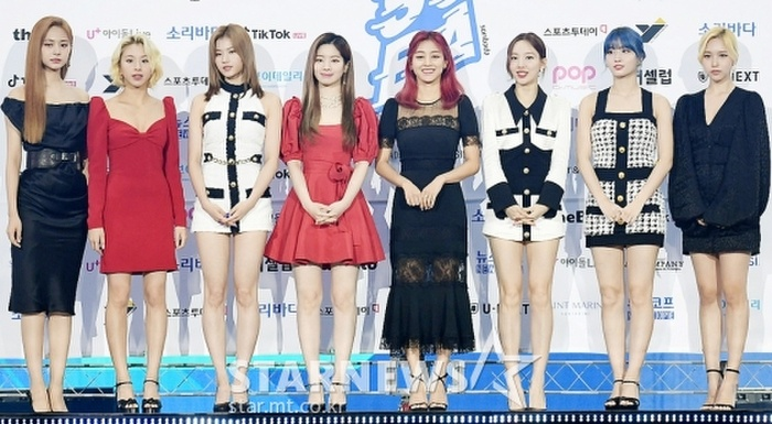 Kim Woo Seok, TWICE, Red Velvet, I*ZONE và ITZY đổ bộ thảm xanh 'Soribada Awards 2020' Ảnh 14