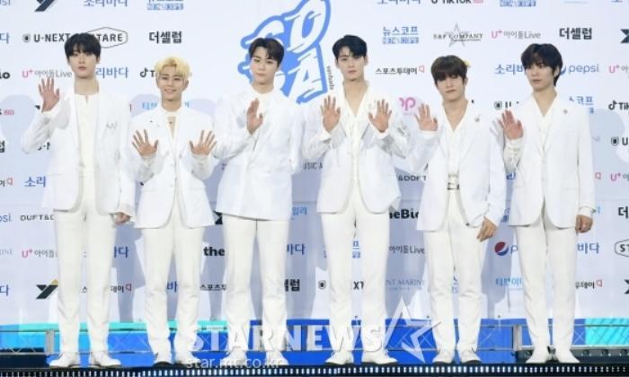 Kim Woo Seok, TWICE, Red Velvet, I*ZONE và ITZY đổ bộ thảm xanh 'Soribada Awards 2020' Ảnh 13