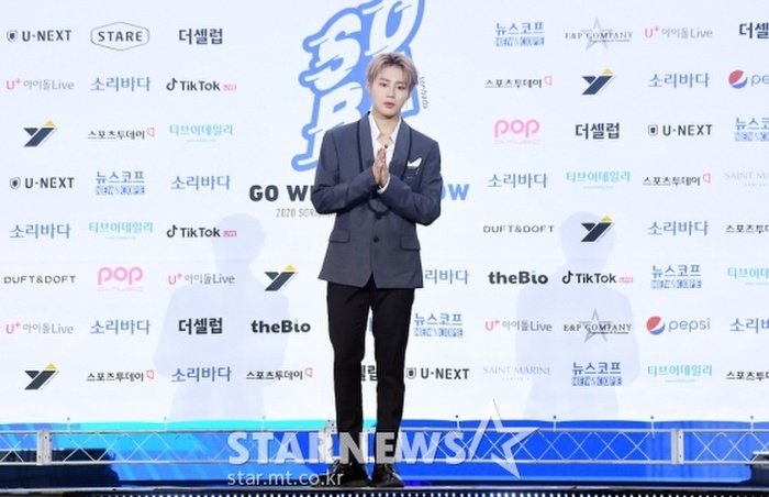 Kim Woo Seok, TWICE, Red Velvet, I*ZONE và ITZY đổ bộ thảm xanh 'Soribada Awards 2020' Ảnh 29