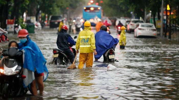 Đường phố Hà Nội ngập trong 'biển nước' sau cơn mưa lớn chiều nay Ảnh 14