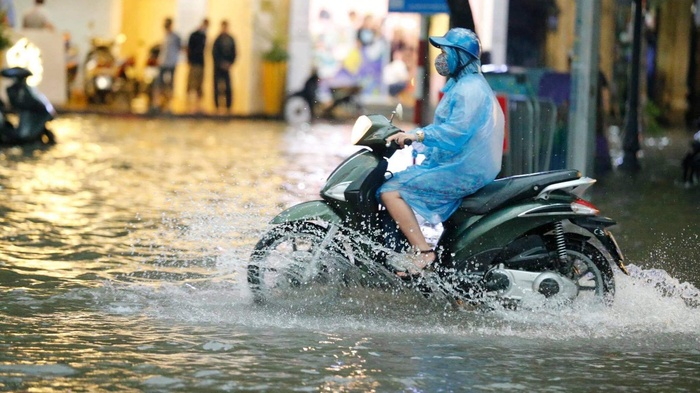 Đường phố Hà Nội ngập trong 'biển nước' sau cơn mưa lớn chiều nay Ảnh 9