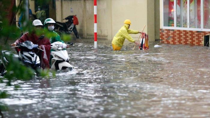 Đường phố Hà Nội ngập trong 'biển nước' sau cơn mưa lớn chiều nay Ảnh 12