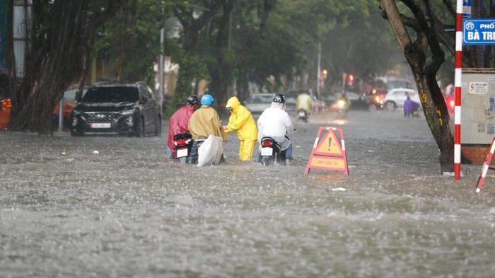 Đường phố Hà Nội ngập trong 'biển nước' sau cơn mưa lớn chiều nay Ảnh 2