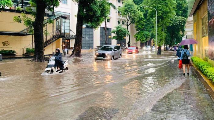 Đường phố Hà Nội ngập trong 'biển nước' sau cơn mưa lớn chiều nay Ảnh 5