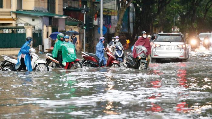 Đường phố Hà Nội ngập trong 'biển nước' sau cơn mưa lớn chiều nay Ảnh 10